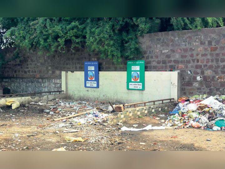 बरखेड़ी फाटक के पास लगा कचरे का ढेर। - Dainik Bhaskar