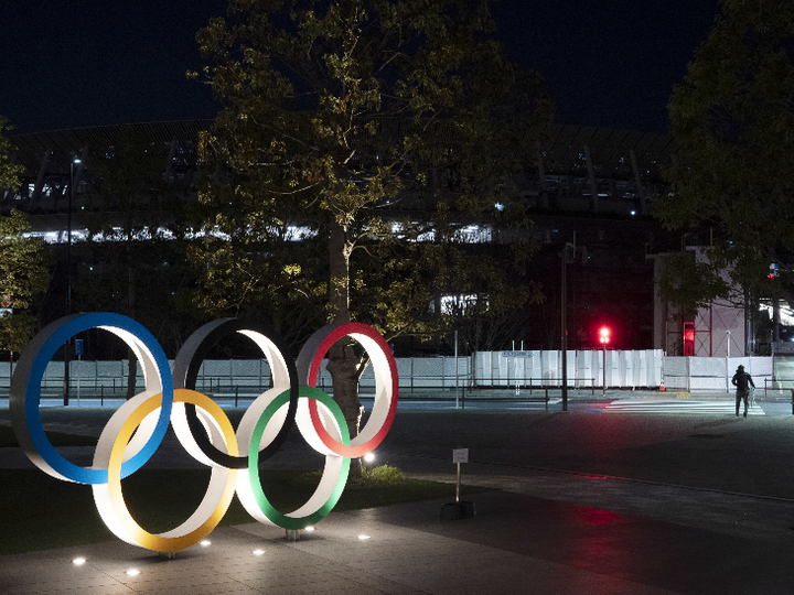 टोक्यो के नेशनल स्टेडियम के बाहर ओलिंपिक रिंग। - Dainik Bhaskar