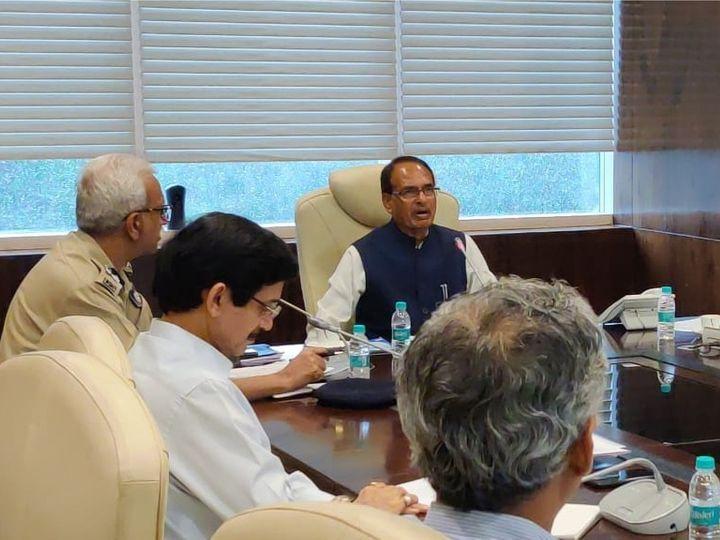 कोरोना वायरस की रोकथाम के लिए मुख्यमंत्री शिवराज सिंह चौहान ने मंत्रालय में अधिकारियों के साथ बैठक की। - Dainik Bhaskar