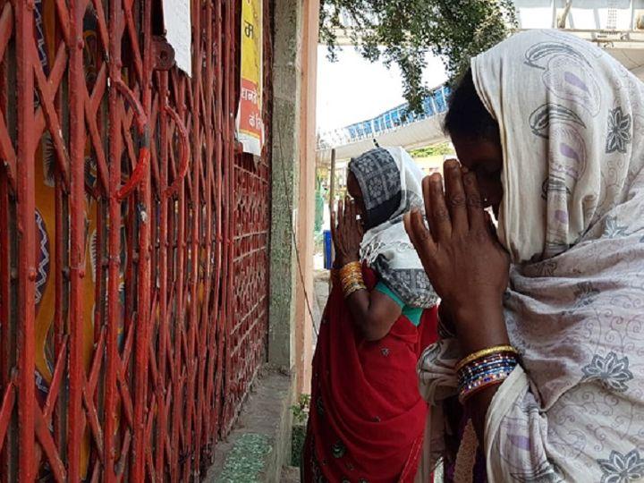 रायपुर के घड़ी चौक स्थित मंदिर पर महिलाएं प्रार्थना करती दिखीं। -> आगे की स्लाइड्स में देखें अन्य तस्वीरें। - Dainik Bhaskar
