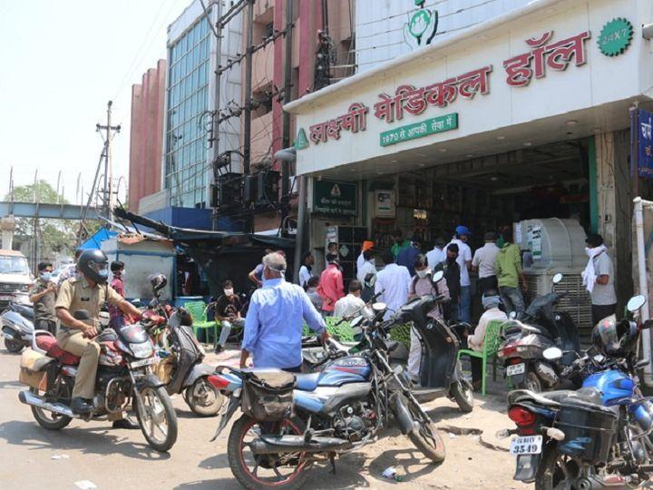 रायपुर में मेकाहारा अस्पताल के सामने मेडिकल स्टोर के बाहर लगी लोगों की भीड़। - Dainik Bhaskar