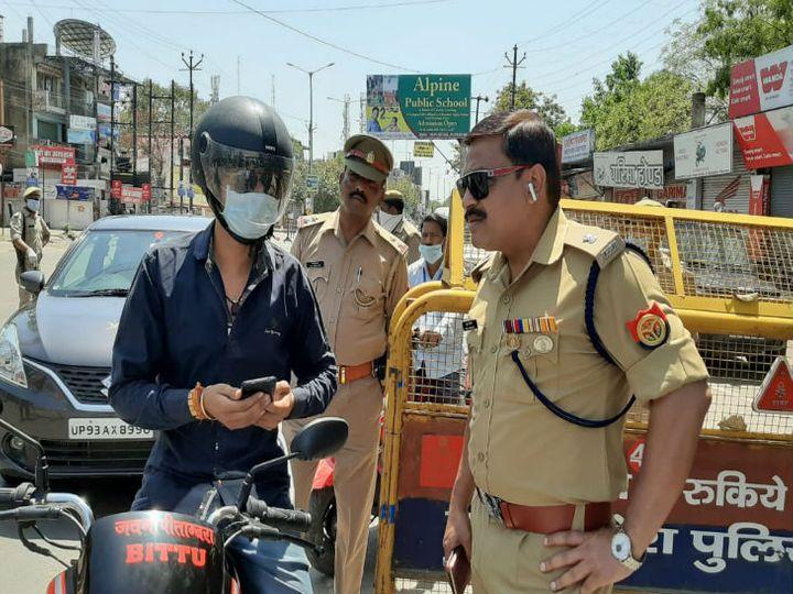 लॉकडाउन के दौरान बेवजह घूमने वालों से पूछताछ करती पुलिस। - Dainik Bhaskar