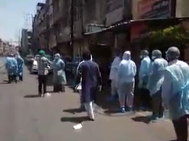 बुधवार सुबह कोरोना संक्रमण से प्रभावित रानीपुरा क्षेत्र में लोगों की जांच के लिए पहुंची टीम। - Dainik Bhaskar