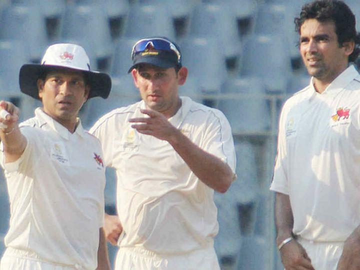 एक मैच के दौरान भारतीय बल्लेबाज सचिन तेंदुलकर, तेज गेंदबाज अजीत अगरकर और जहीर खान। -फाइल फोटो - Dainik Bhaskar