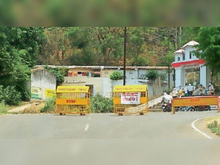 बिना पास के कोई कंटेनमेंट जोन में दाखिल नहीं हो सकता है, इसलिए गली से लोग रेलवे स्टेशन होते हुए छोटा बाजार पहुंच रहे हैं। - Dainik Bhaskar