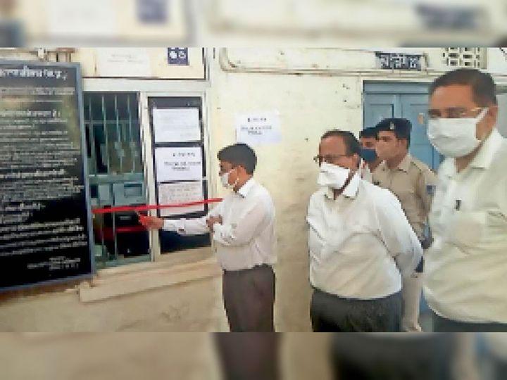 जिला न्यायालय में ई सेवा केंद्र का शुभारंभ करते डीजे श्रीवास्तव। - Dainik Bhaskar