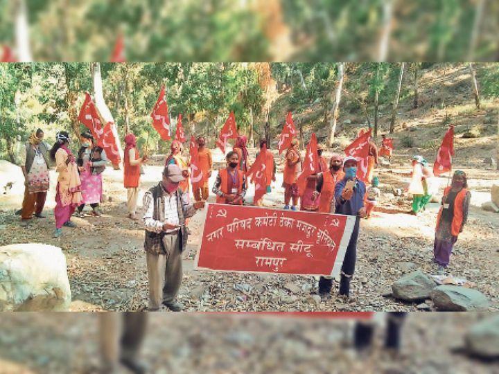 रामपुर में विरोधप्रदर्शन करते हुएक्षेत्रीय समन्वय समिति रामपुर के सदस्य। - Dainik Bhaskar