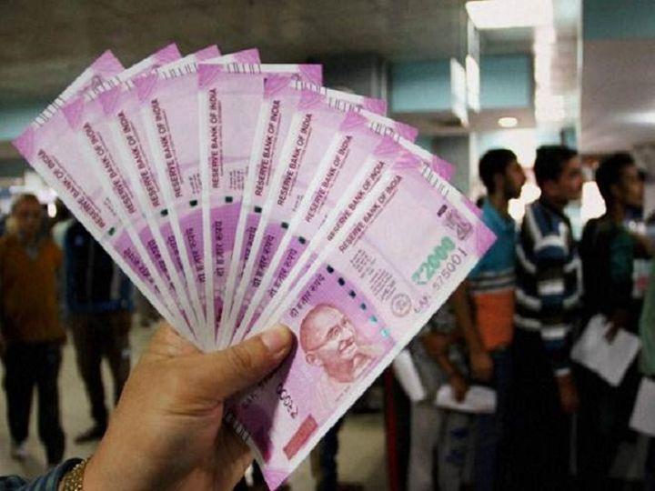 कोरोनावायरस के कारण देशभर में लागू किए गए लॉकडाउन के मद्देनजर अनेक लोगों को नकदी की कमी के रूप में आर्थिक दिक्कतों का सामना करना पड़ रहा है - Dainik Bhaskar