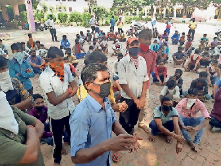 बिलासपुर|अपने घर जाने की जिद्द पर प्रशासन से सवाल जवाब करते प्रवासी मजदूर। - Dainik Bhaskar