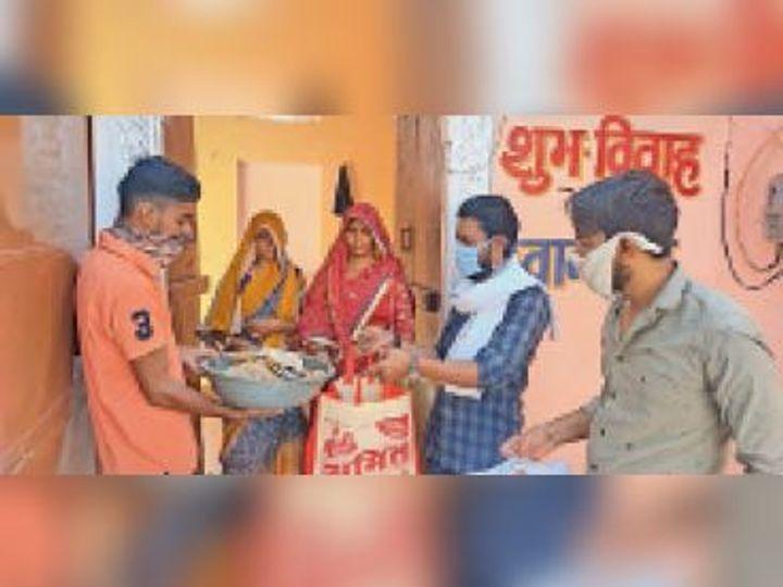 लावारिश पशुओं और पक्षियों लिए रोटी चारे की व्यवस्था कर रहे हैं। - Dainik Bhaskar
