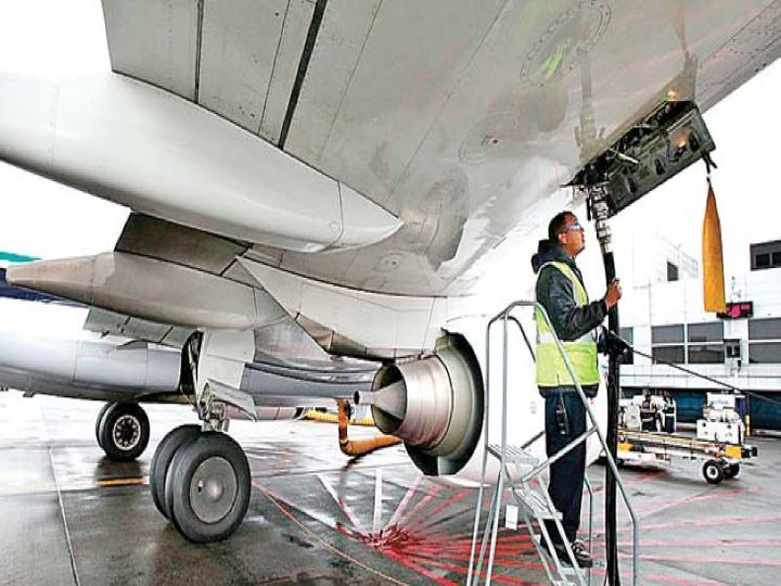 दो महीने तक घरेलू यात्री उड़ानों पर पूर्ण प्रतिबंध के कारण पहले से ही विमानन कंपनियों के सामने नकदी का संकट है। ऐसे में ईंधन के दाम बढ़ने से उनकी मुश्किलें और बढ़ सकती हैं। एयरलाइंस कंपनियों के कुल व्यय का 35-40 प्रतिशत ईंधन पर खर्च होता है - Dainik Bhaskar