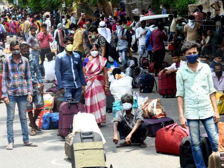 यह फोटो गुजरात के सूरत का है। रविवार को यहां प्रवासी मजदूर पब्लिक ट्रांसपोर्ट के लिए इंतजार कर रहे थे ताकि उसमें बैठकर यह रेलवे स्टेशन तक पहुंच सके। यहां से ये लोग स्पेशल ट्रेन से अपने गृह राज्य के लिए रवाना हुए। - Dainik Bhaskar