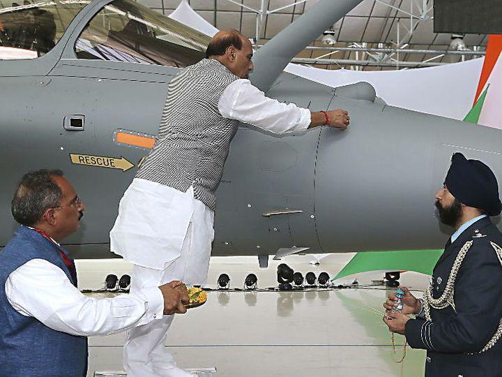 ह तस्वीर पिछले साल 8 अक्टूबर 2019 की है। विजयदशमी के मौके पर रक्षामंत्री राजनाथ सिंह ने फ्रांस जाकर राफेल लड़ाकू विमान की पूजा की। फ्रांस की रक्षामंत्री ने भारत के रक्षा मंत्री राजनाथ सिंह को पहला राफेल लड़ाकू विमान सौंपा। - Dainik Bhaskar