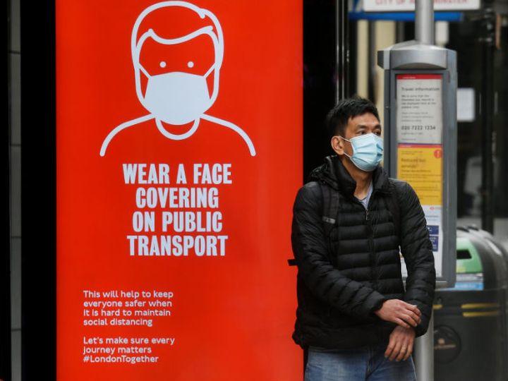 यह फोटो लंदन की है। शुक्रवार को एक व्यक्ति मास्क पहनकर स्टॉप पर बस का इंतजार करता नजर आया। - Dainik Bhaskar