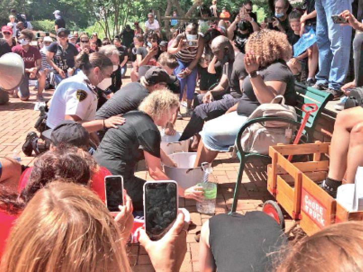 यह फोटो नॉर्थ कैरोलिना की है। पुलिस ने सामाजिक संगठनों के साथ मिलकर अश्वेत लोगों के पैर धोए। इसका मकसद इंसानियत सबसे बड़ी है। यह संदेश देना था। - Dainik Bhaskar