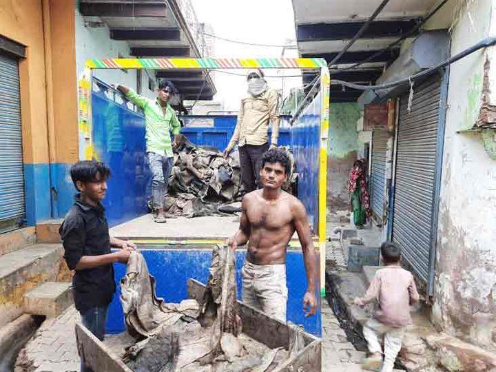 घर के बाहर खड़े टाटा-407 में गाय की खाल भरी थी। तस्वीर में नजर आ रहे युवक पुलिस के साथ थे, जिन्होंने खाल गिनने में मदद की। आरोपी फिलहाल फरार हैं। - Dainik Bhaskar