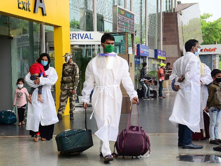 यह फोटो लखनऊ की है। अमिताभ बच्चन ने प्रवासी मजदूरों के लिए स्पेशल फ्लाइट बुक कराई थी। इसके जरिए गुरुवार को मजदूर मुंबई से उत्तरप्रदेश लौटे। - Dainik Bhaskar