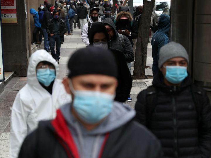 चिली में कोरोना महामारी के कारण बेरोजगारी की दर काफी बढ़ गई है। राजधानी सैंटियागो में बेरोजगारी भत्ता के लिए सरकारी ऑफिस के बाहर लोग इकट्ठा हुए। - Dainik Bhaskar