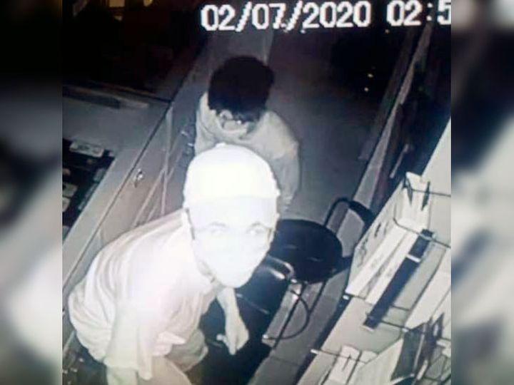 जालंधर में लाली मोबाइल हाउस में चोरी के वक्त सीसीटीवी कैमरे पर देख रहा चोर। - Dainik Bhaskar