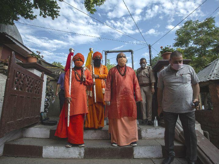 श्रीनगर के श्री अमरेश्वरी मंदिर से रविवार को छड़ी मुबारक बाबा अमरनाथ गुफा के लिए रवाना हुई। अमरनाथ पहुंचने से पहले अनंतनाग के पहलगाम में छड़ी पूजा होगी। फोटो- आबिद भट - Dainik Bhaskar