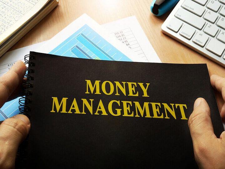 इस मुश्किल समय में बेहतर कल के लिए आज से ही वित्तीय स्थिति संभालनी होगी ताकि भविष्य में होने वाले नुक़सान और पैसों की तंगी से निपटा जा सके - Money Bhaskar