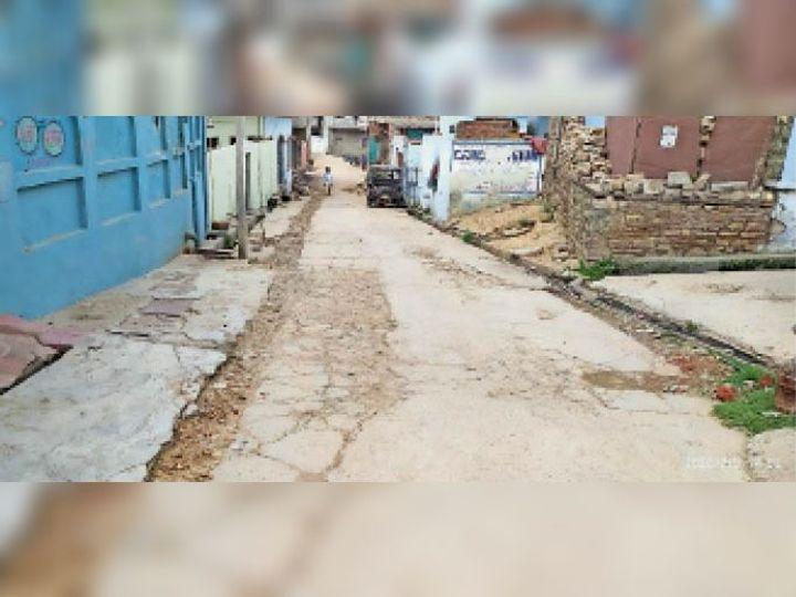 नई सड़क का निर्माण शुरू होने के इंतजार में बदतर हुआ दो वार्डो का रास्ता। - Dainik Bhaskar