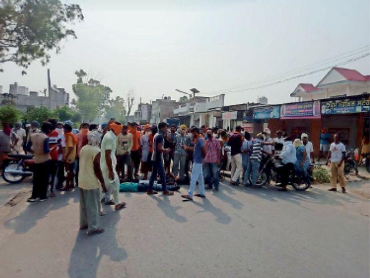 कोटइसेखां के मुख्य चौक में नशा छोड़ने वाले युवाओं को ओट सेंटर से दवा नहीं मिलने के चलते चक्का जाम करते हुए। - Dainik Bhaskar