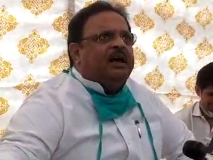 राजस्थान के चिकित्सा मंत्री रघु शर्मा ने होटल फेयरमाउंट के बाहर प्रेस को संबोधित किया। - Dainik Bhaskar
