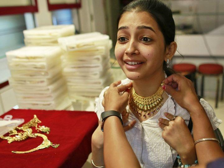 अगस्त में डिलीवरहोने वाले सोने की कीमत  0.35 प्रतिशत की बढ़त के साथ 50,876 रुपए प्रति 10 ग्राम हो गई - Money Bhaskar