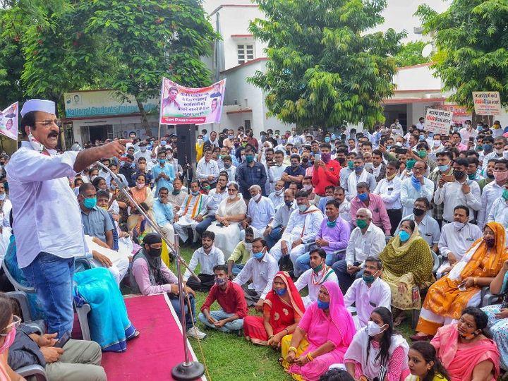 शनिवार का फोटो जयपुर का है। राजस्थान में सियासी संकट के बीच कांग्रेस कार्यकर्ताओं ने दो दिन पहले भी प्रदर्शन किया था। - Dainik Bhaskar