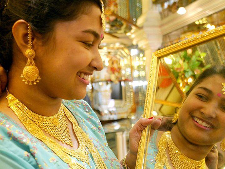 अगस्त में डिलीवरहोने वाले सोने की कीमत 1.62 प्रतिशत की बढ़त के साथ 51,860 रुपए प्रति 10 ग्राम हो गई, - Money Bhaskar