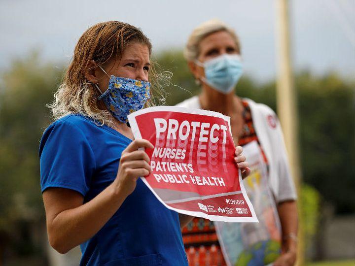 फ्लोरिडा में महामारी के दौरान हॉस्पिटल में कमियों को लेकर प्रदर्शन करती नर्सें। यहां अब तक 4 लाख से ज्यादा लोग संक्रमित हो चुके हैं। - Dainik Bhaskar