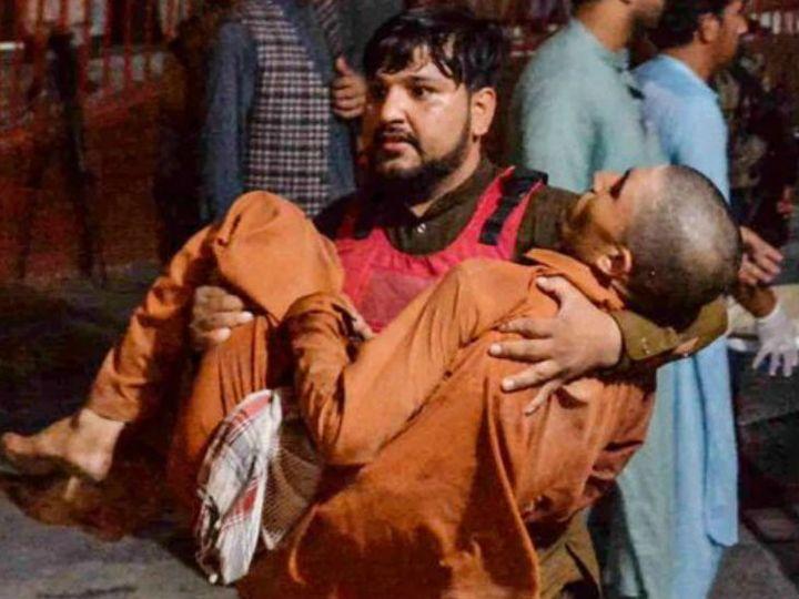 हमले के दौरान घायल हुए व्यक्ति को ले जाता सुरक्षाकर्मी। रिपोर्ट्स के मुताबिक यह हमला रविवार शाम करीब पौने सात बजे हुआ। - Dainik Bhaskar