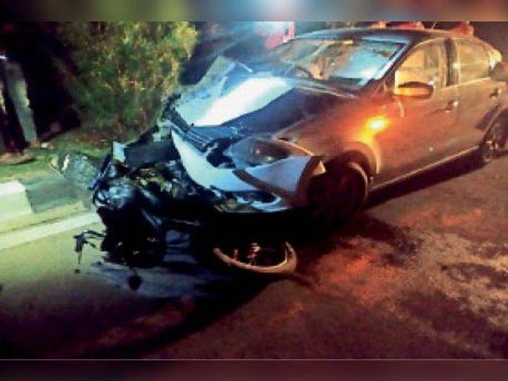 कार मोटरसाइकल को कुचलती हुई निकल गई। - Dainik Bhaskar