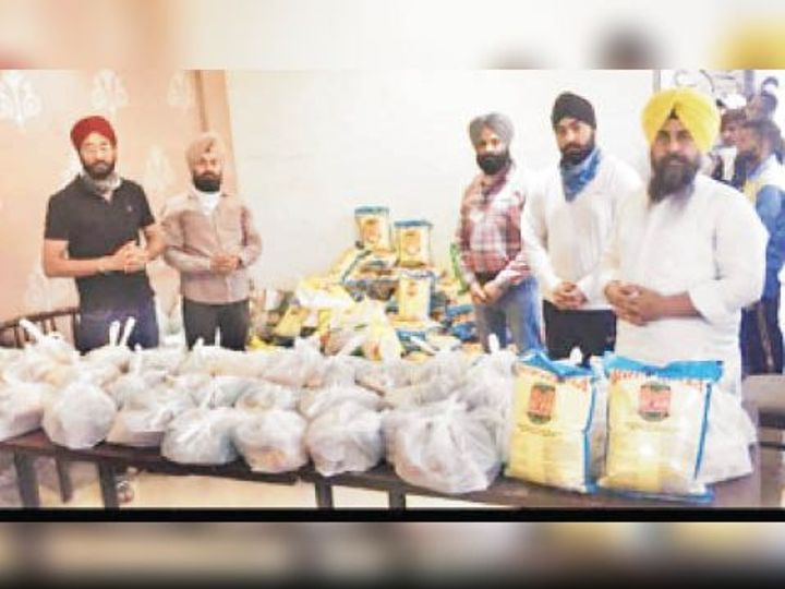 चेयरमैन एवं शिअद शहरी के प्रधान गुरुप्रताप सिंह टिक्का की अगुवाई में जरूरतमंदों के लिए दवाएं और राशन पैक करते संस्था के सदस्य। - Dainik Bhaskar