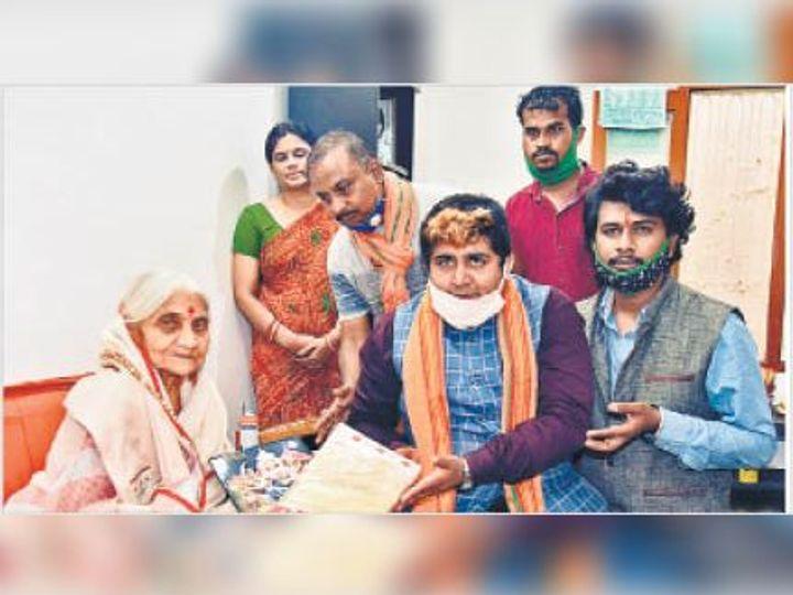 वयोवृद्ध उर्मिला को सम्मानित करते भाजपा कार्यकर्ता (इनसेट में) स्व. उर्मिला ताई जामदार का फाइल फोटो - Dainik Bhaskar