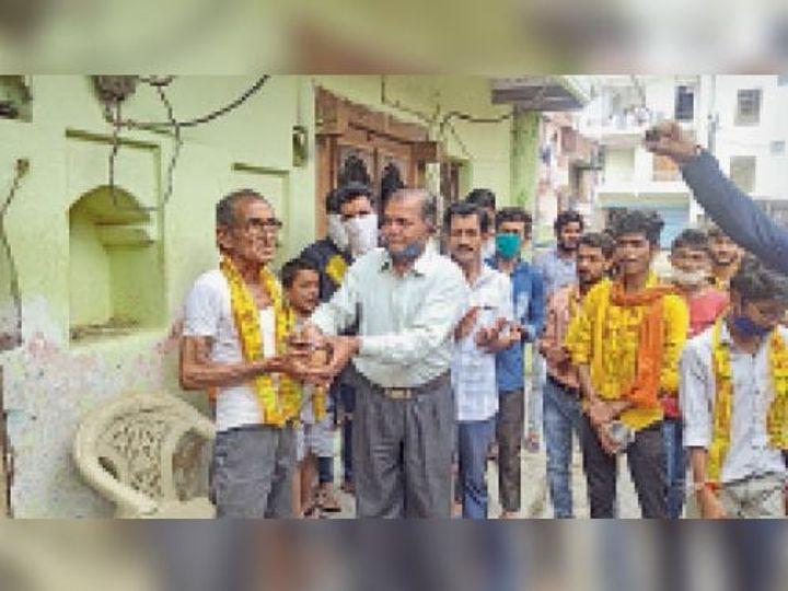 गनोड़ा. अमृतलाल जोशी का स्वागत करते श्री गौड़ ब्राह्मण समाज। - Dainik Bhaskar