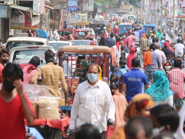 तस्वीर रायपुर की है। नाजारा दो हफ्ते पहले का है, जब लॉकडाउन में इसी तरह की छूट दी गई थी। यह भीड़ और बढ़ता संक्रमण लोगों और प्रशासन के लिए ही असल चुनौती है। - Dainik Bhaskar