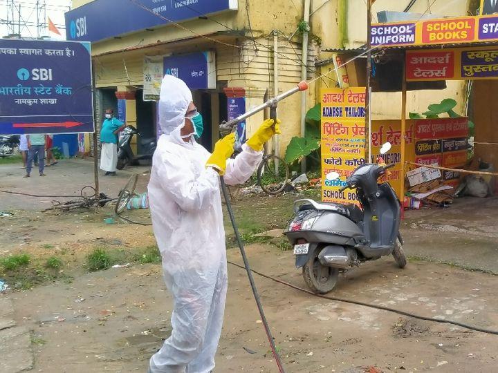 तस्वीर रांची के नामकुम बाजार की। नामकुम बाजार चौक एसबीआई बैंक के पास एक ही घर से सात लोगों के कोरोना पॉजिटिव पाए जाने के बाद मरीज के घर सहित आसपास के घर व दुकानों को सैनिटाइज किया गया। एसबीआई बैंक से कोरोना पॉजिटिव का घर नजदीक होने के कारण बैंक को भी बंद रखा गया है। - Dainik Bhaskar