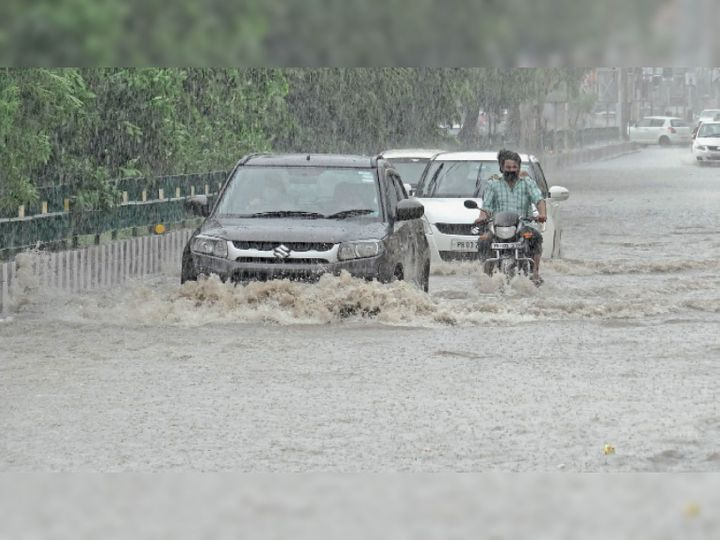 मूसलाधार बारिश के कारण 100 फुटी रोड पर भरे हुए पानी से गुजरते वाहन। फोटो : एसएस सोनू - Dainik Bhaskar