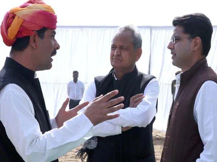 भंवर जितेंन्द्र सिंह मुख्यमंत्री गहलोत और सचिन के साथ में। बताया जाता है कि भवंर जितेन्द्र सिंह राहुल के बेहद करीबी लोगों में हैं। पायलट और राहुल की मुलाकात में इनकी अहम भूमिका रही है। - Dainik Bhaskar