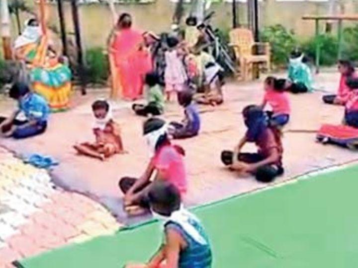 महाराष्ट्र के 17 जिलों में 'रेडियो स्कूल' शुरू कर दिया गया है। वॉट्सऐप के जरिए अभिभावकों को हफ्ते भर का सिलेबस भेजा जाता है। इसे ध्यान में रखते हुए बच्चे पढ़ाई करते हैं। - Dainik Bhaskar