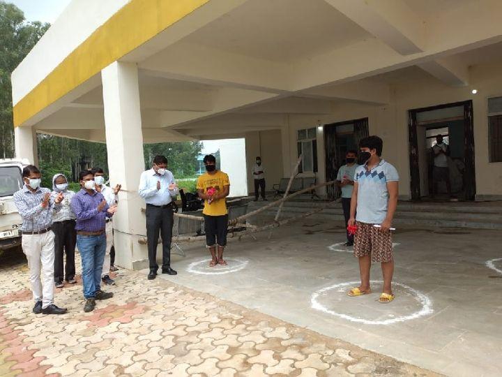तस्वीर कोडरमा की है। कोरोना को मात देने के बाद मरीजों को घर भेजती मेडिकल टीम। राज्य में मरीजों के स्वस्थ होने का आंकड़ा लगातार बढ़ रहा है। राज्य में अब तक 12 हजार से अधिक लोग स्वस्थ होकर घर लौट चुके हैं। - Dainik Bhaskar