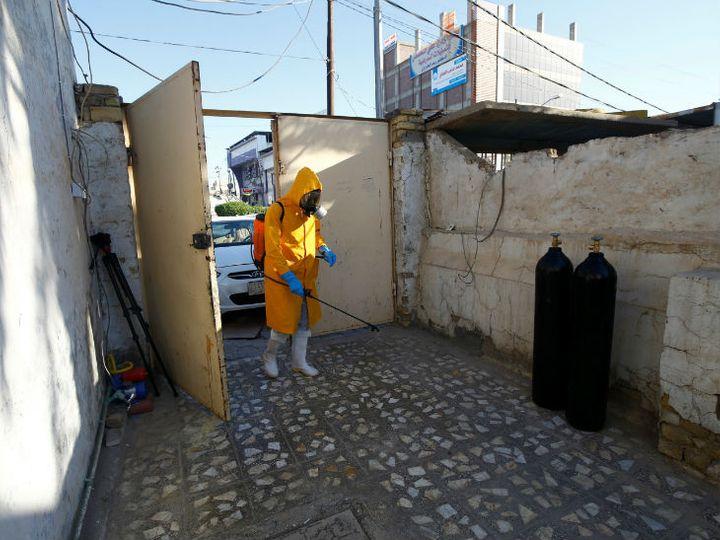 फोटो इराक के नजफ शहर की है। यहां हेल्थ वर्कर मरीजों के घर तक दवाइयां और अन्य चीजें पहुंच रहा है। साथ ही उनके घरों को डिसइन्फेक्ट भी कर रहा है। - Dainik Bhaskar