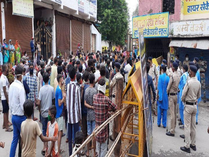 रायपुर के मंगलबाजार में लोगों ने कंटेनमेंट जोन हटाने की मांग को लेकर बुधवार को हंगामा किया। उनकी मांग है कि पूरे इलाके को प्रशासन ने सील रखा है, किसी को आने-जाने नहीं दिया जा रहा है। इससे परेशानी हो रही है। - Dainik Bhaskar