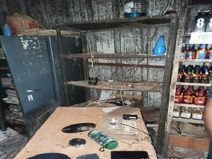 छत्तीसगढ़ के रायपुर में गुरुवार तड़के बदमाशों ने सुरक्षा गार्डों को बंधक बनाकर शराब दुकान से 10 लाख रुपए लूट लिए। इस दौरान बदमाशों ने दुकान में सो रहे दोनों गार्डों को जमकर पीटा भी। - Dainik Bhaskar