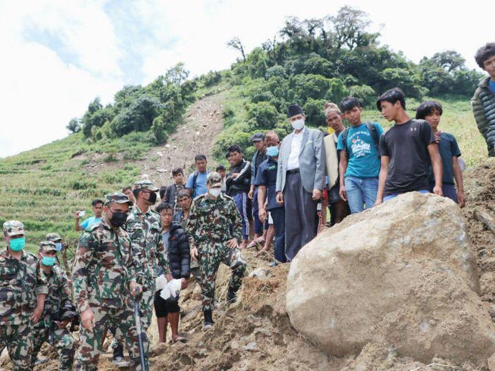 नेपाल के सिंधुपालचौक जिले में हुए लैंडस्लाइड के बाद घटनास्थल पर बचाव कार्य में जुटी सेना। (न्यूयॉर्क टाइम्स) - Dainik Bhaskar
