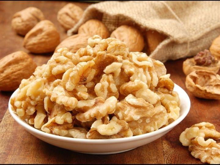 Eating walnuts soaked or put in a salad, eating it increases brain power, it helps in losing weight. | अखरोट को भिगोकर खाएं या सलाद में डालकर, इसे खाने से दिमाग की ताकत बढ़ती है, यह वजन कम करने में मदद करता है