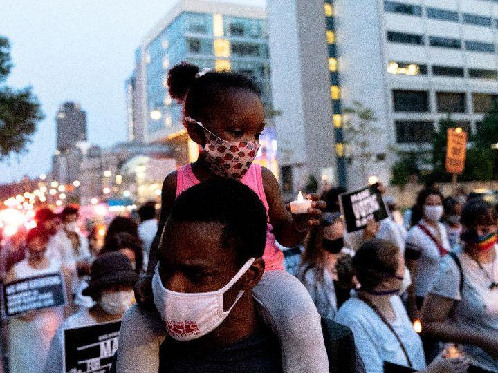 न्यूयॉर्क में कोरोनावायरस से जान गंवाने वालों के सम्मान में लोगों ने मार्च निकाला। इस दौरान प्रदर्शन करते हुए लोगों ने अमेरिकी राष्ट्रपति डोनाल्ड ट्रम्प से इस्तीफे की मांग की। - Dainik Bhaskar