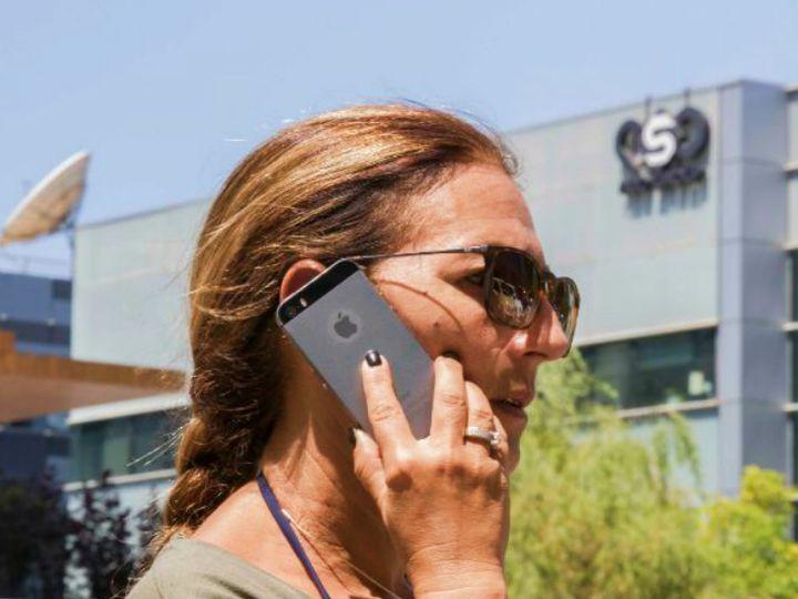 इजराइल के तेल अवीव में फोन हैकिंग और जासूसी उपकरण (स्पायवेयर) बनाने वाली कंपनी एनएसओ के बाहर मौजूद महिला। खबर है कि कुछ अरब देशों ने इस कंपनी से लाखों डॉलर की डील के तहत स्पायवेयर खरीदे हैं। (फाइल) - Dainik Bhaskar